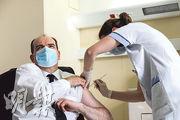 法國總理卡斯泰周五到巴黎市郊接種牛津-阿斯利康疫苗。(路透社)