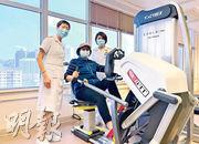 71歲陳女士(中)去年染疫一度無法自理,其後轉送九龍醫院接受物理治療,其間練習肺部呼吸、手腳肌肉等,約一個月後已行動自如可出院。圖左及右為九龍醫院高級物理治療師徐英如、一級物理治療師陳華殷。(許芳文攝)