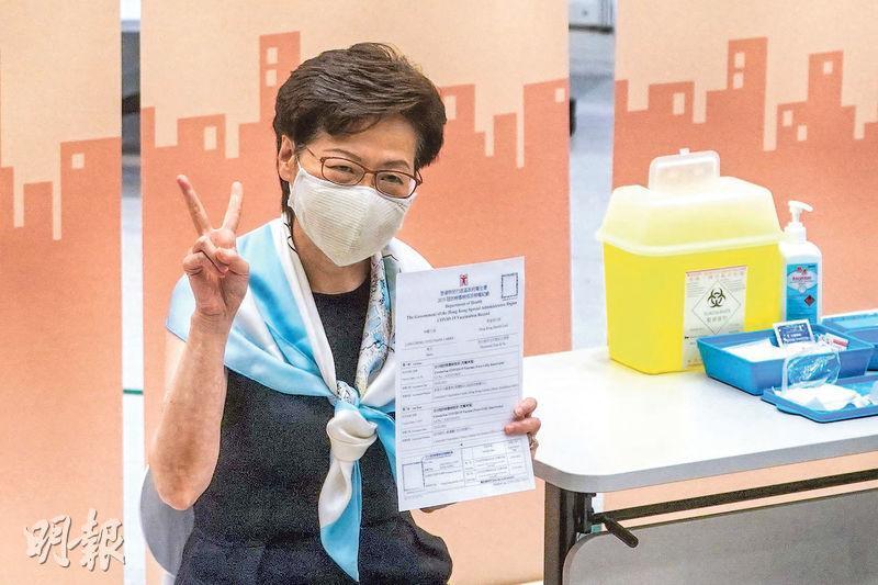 上月22日接種第一劑科興疫苗的特首林鄭月娥,昨日率領多名司局長、行政會議成員及立法會議員接種第二劑疫苗。林太完成接種後向傳媒舉起「V」字手勢。(楊柏賢攝)