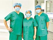 中大醫學院專家和醫管局新界東聯網醫生,聯同全球逾萬名外科專家組成的團隊發現,新冠病毒患者確診後6周內接受手術,術後死亡風險會較高。參與研究的包括中大醫學院外科學系教授吳兆文(左)、外科學系助理教授二葉香織(中)及麻醉及深切治療學系名譽臨牀助理教授陳錦明(右)。(中大醫學院提供)