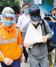 損失385萬現金的事主追賊時跌傷右手,由救護員包紮後送院。