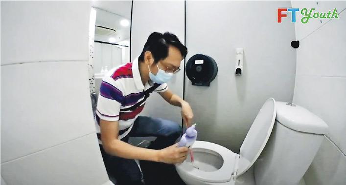 工聯會陸頌雄串演洗廁所工人,挑戰清潔馬桶、尿兜等,但連膠手套都唔記得戴,佢都自認太失禮。(短片截圖)