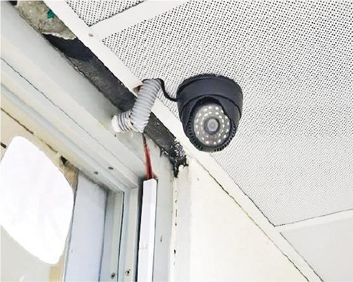 兆霖學校表示,約10年前已安裝閉路電視系統,學校前年暑假及上月做「優化完善工程」,重申沒計劃在課室安裝閉路電視。圖為該校其中一個閉路電視鏡頭。(受訪者提供)