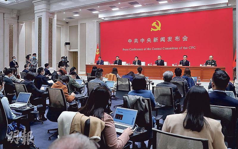 中共中央昨在北京舉行2021年首場新聞發布會(圖),介紹中國共產黨成立100周年慶祝活動有關情况,軍方表示慶祝活動中沒安排閱兵。(中新社)
