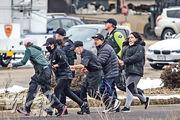 美國科羅拉多州周一(22日)一間超市發生槍擊案,最少10人死亡,包括一名警察。圖為超市顧客在警員協助下慌忙逃生。(法新社)