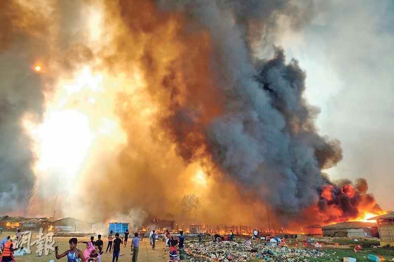 孟加拉邊境科克斯巴扎爾(Cox's Bazar)的羅興亞難民營周一(22日)發生大火,現場冒出大量黑煙。(路透社)