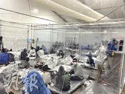 美國得州邊境難民拘留中心照片於周一(22日)曝光,照片顯示拘留非常擠迫,難民被塑膠簾子隔開,部分人身上披着錫紙、睡在地上,環境惡劣。(路透社)