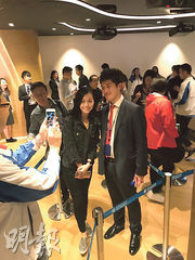 黃心穎(左)2017年5月以約855萬元購入天寰一個2房單位,當時更與建灝地產集團投資部經理鄭智荣(右)合照。(資料圖片)