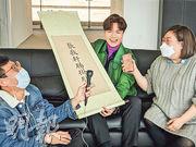 閆擎(右)訪問過不少歌手,包括張敬軒(中),他亦有在社交網留言悼念。