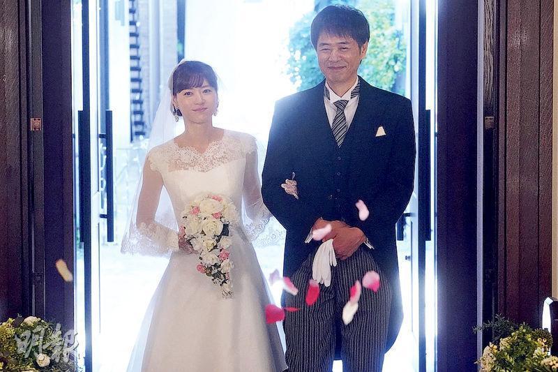 上野樹里(左)帶着父親時任三郎(右)的祝福,在結局舉行婚禮,網民大讚感動人心。