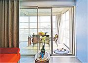 在2016年波爾多的公共房屋改造計劃,可見項目以玻璃及聚碳酸酯趟門間隔出一個露台空間。(普立茲克獎網頁)