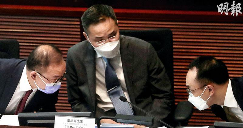 立法會昨日就人大修改香港選舉制度召開小組委員會會議,政制及內地事務局長曾國衞(左起)、常任秘書長鄧忍光、政助吳璟儁(右)均有出席會議。會上多人關注候選人資格審查委員會的運作,3人多次「密斟」,其間吳璟儁曾取出《基本法》。(李紹昌攝)