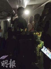 事故發生後列車內幾乎沒有燈光,乘客在車廂內自救,利用手機照明。(中央社)
