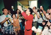 記者出身的劉慧卿(紅衣者),1991年成為首個經地區直選晉身立法局的女議員,當時選戰勝出後與助選團舉杯慶祝。30年過去,中央修改立法會選舉制度,劉慧卿慨嘆民主倒退。(資料圖片)
