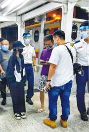 於彩虹邨被人掌摑的女童(戴黑帽者),事後由父親(紫衣)陪同乘救護車送院治理。