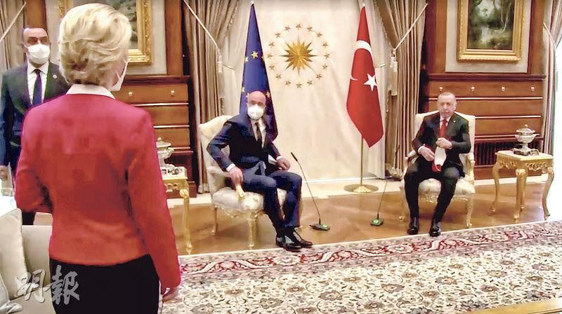 土耳其總統埃爾多安(右)周二接待歐盟代表團,但只有歐洲理事會主席米歇爾(中)獲安排座椅,歐盟委員會主席馮德萊恩(左)只可坐在一旁的沙發上參與會面。事件被輿論戲稱為「沙發門」。(路透社)