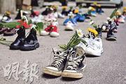 緬甸示威者周四發起「鞋履行軍」(Marching Shoes Strike)運動,寄意「一步一花開」,紀念反政變示威的犧牲者,同時表示後來者將踏着先烈的足印邁步向前。(法新社)