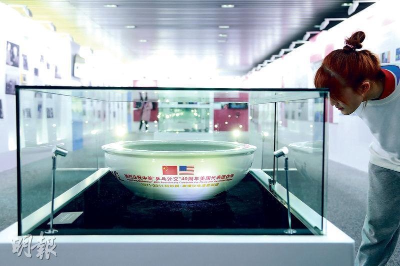 昨日是中美乒乓外交50周年的紀念日,國際乒聯博物館和中國乒乓球博物館昨在上海舉辦「上海紀念中美乒乓外交50周年主題展」,吸引民眾參觀。(中新社)