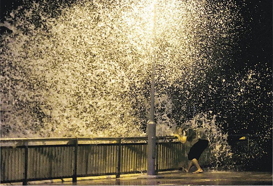 每當颱風吹襲,岸邊風力強勁,容易把海浪吹到岸上,險象環生。