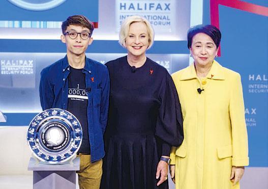 「麥凱恩公共服務領袖獎」2019年頒發給「香港人」。圖為2019年11月23日,民主黨前主席劉慧卿(右)及時任民陣副召集人的陳皓桓(左)作為代表,從麥凱恩遺孀辛迪(中)手中接受該獎項。(網上圖片)