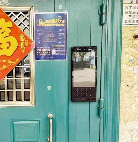 北京不少社區推行人臉識別門禁系統之前,沒讓業主充分知情,如何保障數據安全亦惹質疑。圖為北京南湖中園二區一幢住宅門口的人臉識別裝置。(網上圖片)