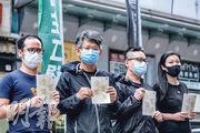 職工盟昨於旺角設街站,批評政府以放寬食肆限制利誘市民接種疫苗,做法製造歧視。(馮凱鍵攝)
