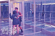 昨日確診者包括一名46歲女子,她透過「回港易」於4月6日由東莞經深圳灣返港,其後到荃灣西如心酒店任房務員。她負責清潔的房間住客及同事要檢疫。圖為該酒店41樓觀景台,昨日所見公眾能自由進出。(楊柏賢攝)