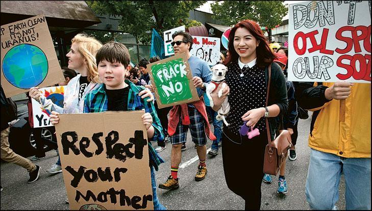 不少人在地球日表達環保訴求。圖為2016年加拿大地球日遊行,呼籲世界協力紓緩全球暖化。(新華社)