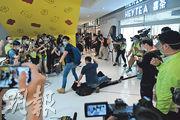 網民去年5月發起各區「和你Sing」「賀」特首林鄭月娥生日,其中位於沙田新城市廣場的喜茶分店遭破壞,上訴庭昨頒判辭,形容示威者俗稱「裝修」的行為,本質上與「私了」無異,須從嚴處理。圖為當日便衣警員在喜茶門外拘捕一人,其間對圍觀記者施放胡椒噴霧。(資料圖片)