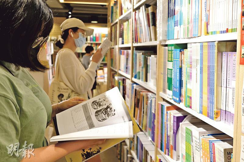 教育局昨公布下學年教科書價格,整體加幅為1.4%,近四成半課本凍價或減價。有出版商表示,學生人數減少令教科書市場萎縮,而書商要因應高中課程改革重編教科書,加上紙價上升,令出版商經營壓力極大。圖為顧客昨於一間書店選購書本。(鄧宗弘攝)