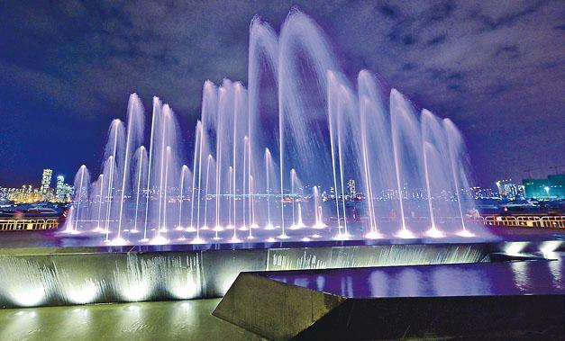 觀塘海濱音樂噴泉今日啟用,以電腦程式控制,除靜態背景多樣噴水外,每日表演時段會結合名曲表演,晚間表演更會糅合幻變燈光。(政府新聞處)
