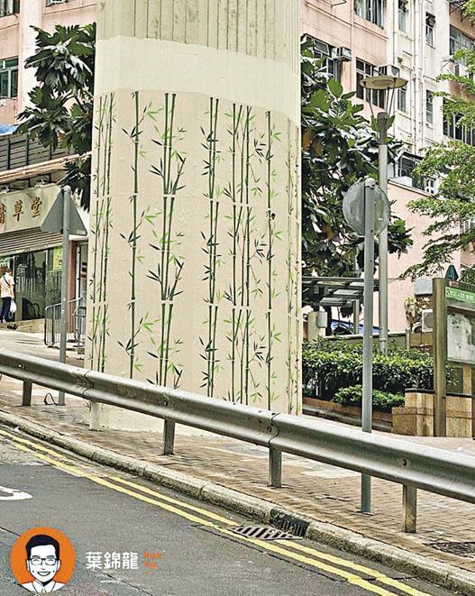 中西區區議員葉錦龍話,香港大學港鐵站外嘅兩條橋柱原本係「連儂牆」,但政府用竹枝牆紙包裹,覆蓋所有痕迹。(葉錦龍facebook圖片)