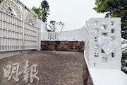 山頂盧吉道27號大宅的業主早前向地政總署申請租用大閘外的政府土地,但屬政府土地的石牆上已加建近1米高的白磚牆。地政總署證實,有人在未批租政府土地加建白磚牆,已飭令佔用人停止佔用。