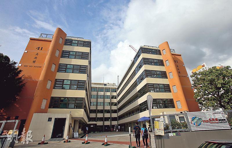 美荷樓建於1954年,最早是用於安置住房困難群體的公共房屋,後被發展局列入「活化歷史建築伙伴計劃」改成青年旅舍,2013年12月正式開業。
