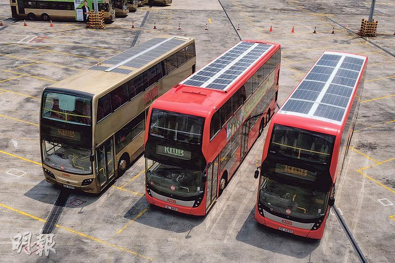 九巴第三代太陽能雙層巴士(右一),利用貼在車頂的約2毫米超薄太陽能薄膜,供電予車內冷氣機16個風扇。圖中2米長的巴士車頂貼上14塊太陽能板,其產電面積較第一代裝置(左一)、第二代裝置(左二)大,供應效能有顯著提升。