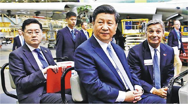 《華爾街日報》引述消息透露,北京計劃任命外交部副部長秦剛為新駐美大使,接替已超齡服役多年的崔天凱。圖為2015年9月秦剛(前左)陪同習近平(前中)訪美時參觀波音公司的廠房。(資料圖片)