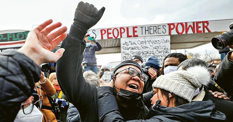 法院周二裁定美國白人前警員肖萬3項謀殺及誤殺罪成後,不少民眾在明尼蘇達州明尼阿波利斯市的弗洛伊德廣場慶祝。該廣場為當日跪頸的案發地點。(路透社)