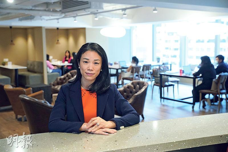 朱雙珠表示,集團在本港經營的10間商務中心出租率已由去年9月谷底的75%回升至現時的91%。受訪者身處的是中環盈置大廈的商務中心。(楊柏賢攝)