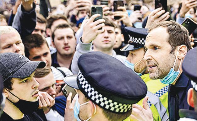 施治(右一)下車嘗試安撫球迷,擾攘一輪終令隊巴駛進球場。(Getty Images)