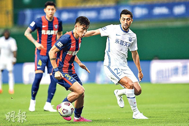 艾哈邁多夫(右)今季由上海上港轉投滄州雄獅,但未能助新東家響勝鼓。(新華社)