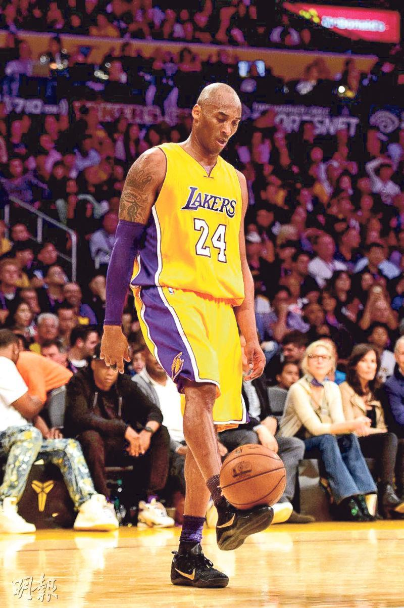高比拜仁(圖)自2003年起由三間牌轉為與一剔牌合作,18年來推出多款代言球鞋。圖為他在NBA生涯最後一戰,穿起「Kobe 11」出賽。(法新社)