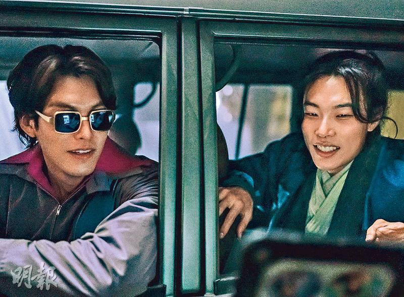 金宇彬(左)與柳俊烈(右)經過長達13個月的拍攝期,新片《外星人》日前終於煞科。