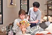 川口春奈(左)與橫濱流星(右)主演的《打扮的戀愛是有理由的》首播收視未能突破雙位數字。