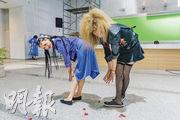 菜菜緒(左)即場指導遠藤憲一(右)擺出騷長腿的甫士,狀甚搞笑。
