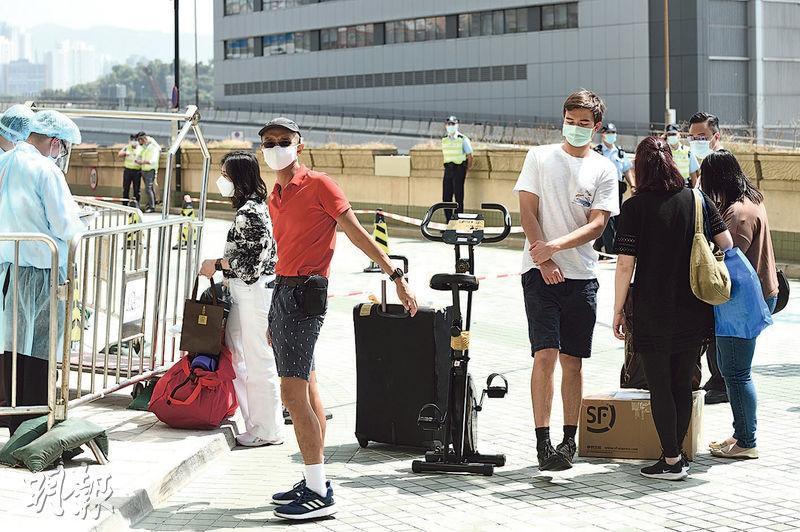 滯留英國的港人回港後須在青衣華逸酒店檢疫21日,昨晨有市民帶同衣物、水果、健身單車等物資到酒店外,轉交須檢疫的家人。(孫華中攝)