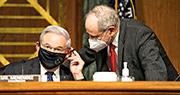 圖為3月23日,參議院外交關係委員會主席梅嫩德斯(左)與參議員里施(右)在一場外委會聽證會召開前交談。(資料圖片)