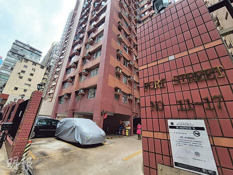 堡壘街偉文大廈(圖)前晚發生兩死倫常慘案,警方昨日改列謀殺及自殺案。(孫華中攝)