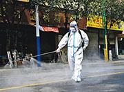 地處中緬邊境的雲南德宏州瑞麗市半年多內爆發3波新冠疫情。4月7日有工作人員在瑞麗市的街道消毒。(新華社)