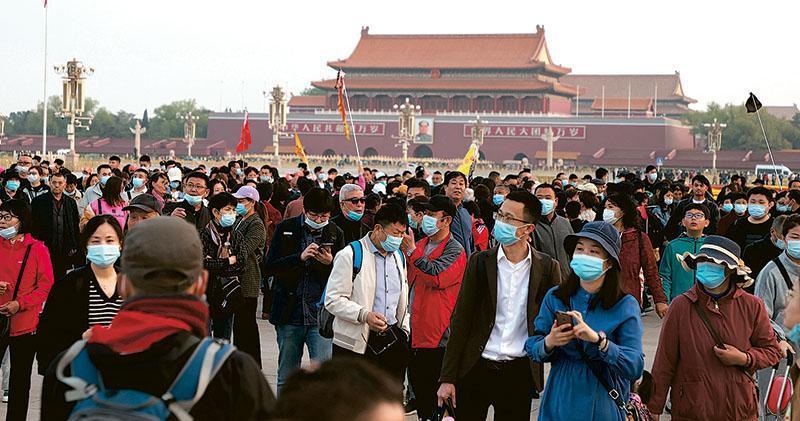 多個旅遊網站數據顯示,今年五一假期北京成熱門目的地之一。圖為上周六北京半程馬拉松開跑前,遊客離開起跑點天安門廣場,當日有近萬名跑者參與。(Getty Images)