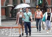 台灣遭逢超過半世紀以來最嚴重的旱災,所幸24及25日連續降下及時雨。圖為昨日台北降下細雨,有民眾撐傘擋雨。(中央社)